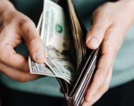 Dolary v peněžence, hotovost - ilustrační foto