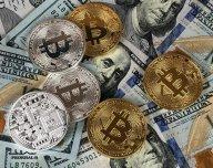 Bitcoin a dolar - ilustrační foto