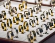 Zlato a stříbro, šperky, prsteny - ilustrační foto