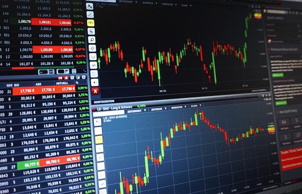 Obchodování, trading, trhy, monitor - ilustrační foto
