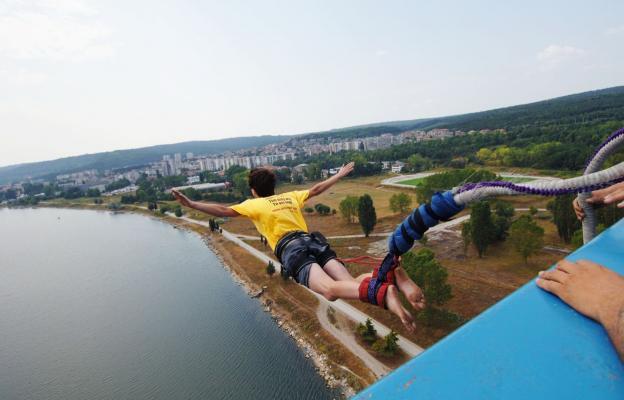 Bungee jumping, volný pád, propad - ilustrační foto