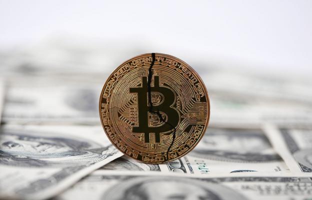 Bitcoin, kryptoměny, propad, pád, krach, rozpad bitcoinu - ilustrační foto